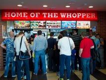 Linha de povos que estão em um café Burger King no aeroporto Vnukovo, Moscou Imagem de Stock