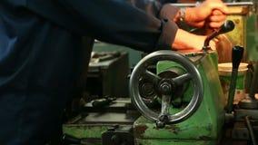 A linha de processamento autom?tica torno do metal da loja da ferramenta da perfura??o fura a moedura filme