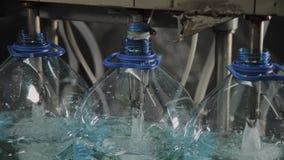 Linha de produção de água potável e bebidas carbonatadas, o processo de encher garrafas com água, transporte vídeos de arquivo