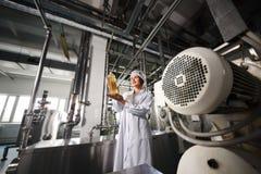 Linha de produção alimentar de petróleo refinado fotografia de stock