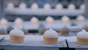Linha de produção automática do gelado na tela moderna da leiteria do alimento vídeos de arquivo