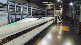 Linha de produção automatizada com material verde na planta vídeos de arquivo