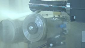 Linha de produção automatizada com refrigerar de água Jatos de água que refrigeram as peças filme