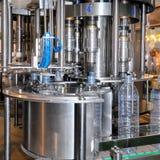 Linha de produção da água da bebida na indústria fotografia de stock
