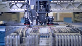 Linha de produção da placa de circuito eletrônico no laboratório de ciência moderno 4K vídeos de arquivo