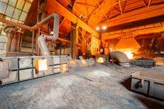 Linha de produção derretida da fornalha de fundição do ferro das fresas de aço Foto de Stock