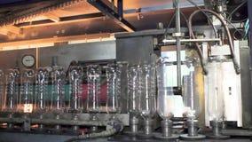 Linha de produção para a produção e o engarrafamento de bebidas carbonatadas Fábrica para a produção de água mineral e vídeos de arquivo