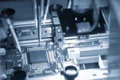 A linha de produção de placa eletrônica com microchip imagem de stock royalty free