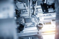 A linha de produção de placa eletrônica com microchip foto de stock