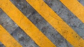 Linha de tira amarela no assoalho cinzento imagens de stock