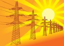 Linha de transmissão contra o sol de ajuste Fotografia de Stock Royalty Free