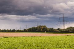 Linha de transmissão de energia no campo foto de stock