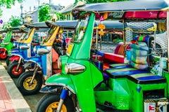 Linha de Tuktuk no centro da cidade do bankok em Tailândia Fotografia de Stock