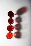 Linha de vidros de vinho tinto Imagens de Stock