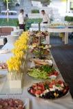 Linha do bufete de almoço e de jantar Alimento do autosserviço do bufete imagem de stock