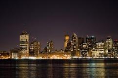 Linha do céu de New York na noite Fotografia de Stock