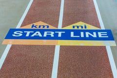Linha do começo do azul e do amarelo Foto de Stock