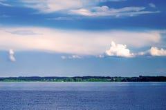 Linha do horizonte entre o c?u e a ?gua Fotos de Stock Royalty Free