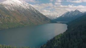 Linha do litoral de um lago de montanha, vista aérea cinematográfica vídeos de arquivo