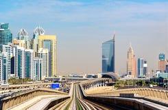 Linha do metro no distrito de Jumeirah de Dubai foto de stock