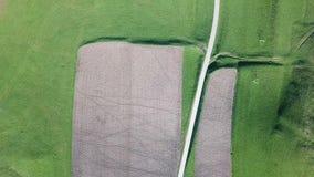 Linha do ` s da terra Uma perspectiva vertical do zangão das cores e das formas do ` s da terra Campos agriculturais video estoque