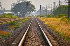 A linha do trem estica para fora à extremidade do destino fotos de stock royalty free