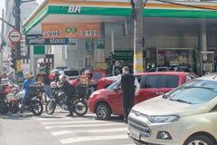 Linha dos carros na frente do posto de gasolina foto de stock