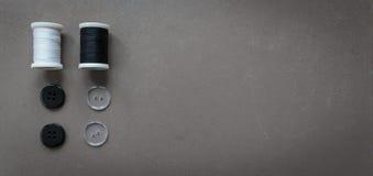 linha e botões de costura Imagens de Stock