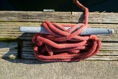 Linha e grampo vermelhos do barco Imagens de Stock Royalty Free