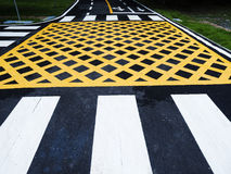 Linha e sinal do tráfego no asfalto fotos de stock