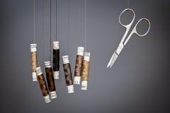 Linha e tesouras de costura Foto de Stock