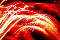 Linha efervescente vermelha abstrata do fogo de artifício usada como o fundo Imagem de Stock