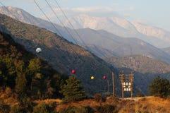Linha eléctrica nas montanhas imagens de stock