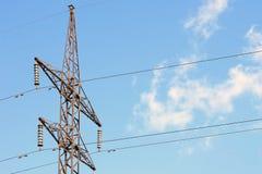 Linha elétrica contra o céu azul com o fio da central elétrica das nuvens fotografia de stock royalty free