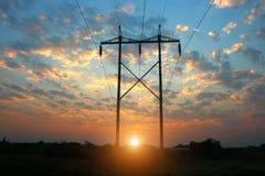 Linha elétrica da transmissão no por do sol foto de stock