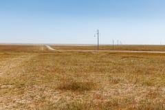 Linha elétrica de alta tensão no estepe Mongolian, paisagem bonita, Mongólia imagem de stock