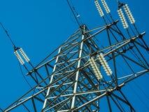 Linha elétrica de alta tensão no fundo do céu azul no dia ensolarado Close-up imagens de stock royalty free