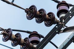Linha elétrica e alta tensão cerâmicas foto de stock royalty free