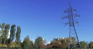 Linha elétrica elétrica no parque video estoque