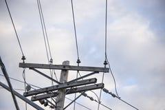 Linha elétrica velha com o céu nebuloso azul imagens de stock royalty free