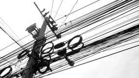 Linha eletrônica e do cabo preto e branco fotografia de stock royalty free