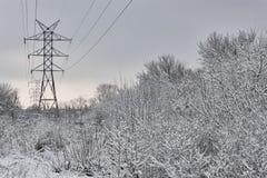 Linha elétrica de alta tensão no inverno Imagens de Stock Royalty Free