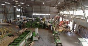 Linha em um plano geral de fábrica de woodworking, processo de trabalho do transporte em uma oficina da serração filme