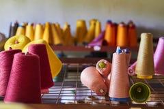 Linha em uma fábrica de matéria têxtil Foto de Stock