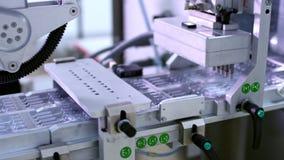 Linha farmacêutica da fabricação Ampola médica na linha de produção na fábrica filme