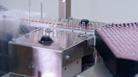 Linha farmacêutica da fabricação Ampolas médicas na linha de produção filme