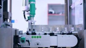 Linha farmacêutica da fabricação Braço do robô na planta farmacêutica vídeos de arquivo