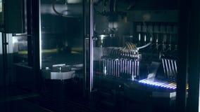 Linha farmacêutica da fabricação na fábrica Linha de produção automatizada vídeos de arquivo