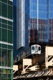 Linha ferroviária elevado entre prédios de escritórios em Chicago Imagens de Stock