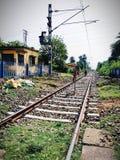Linha ferroviária longa que vai ao horizonte obstruído para o trabalho de manutenção foto de stock royalty free